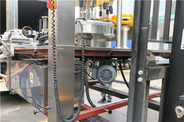 Espesor rotatorio ≥ 30m m del equipo de la etiquetadora de la etiqueta engomada de la botella redonda