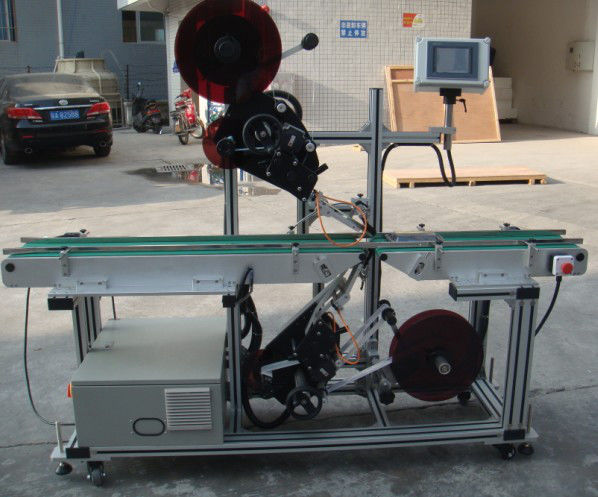 Etiquetadora superior de alta eficiencia con cinta transportadora partida